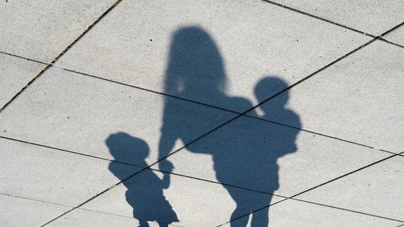 Frauentag: Und während man die Kinder in die Kita bringt, eilt schon die nächste Konferenz: Jetzt aber schnell.