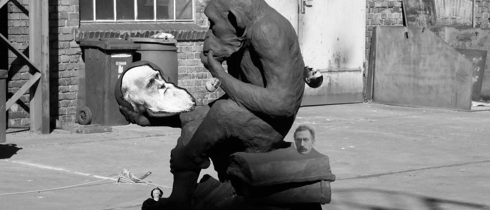 Unter der Gesichtsmaske von Affe und Mensch: eine bedürftige Kreatur