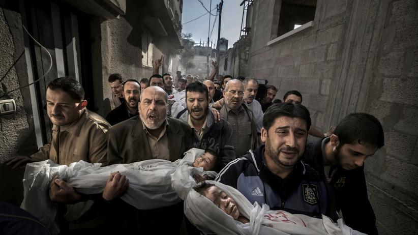 Fotografie: Mit diesem Foto aus dem Gazastreifen gewann der Fotograf 2013 den begehrten World Press Photo Award. Später wurde ihm vorgeworfen, er habe auf dem Bild nachträglich irreale Lichtverhältnisse geschaffen. Den Preis durfte er behalten.