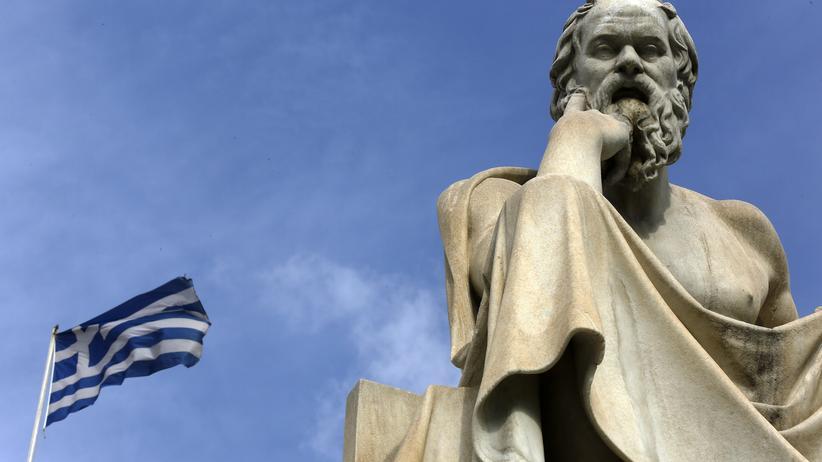 Griechenland-Referendum: Die griechische Flagge vor einer Statue des Philosophen Sokrates in Athen