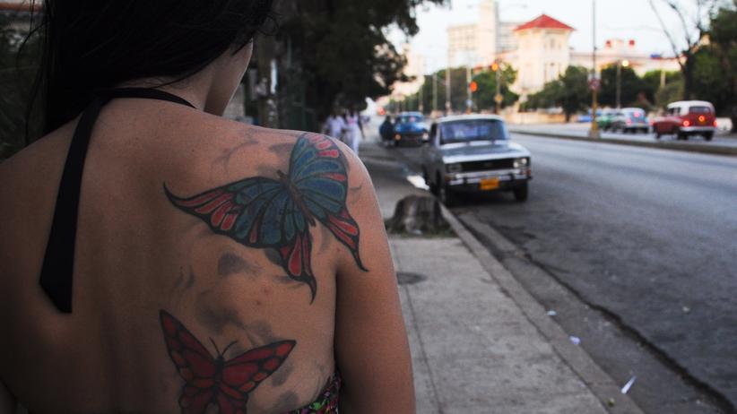 """""""Broadly"""": Schmerzhaft-romantisch. Ein kubanisches Mädchen hat sich Schmetterlinge auf den Rücken tätowieren lassen."""