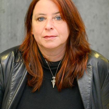 """Annett Gröschner lebt als Schriftstellerin und Publizistin in Berlin. Sie schreibt Romane, Erzählungen, Essays, Theaterstücke, Radiofeatures und Reportagen. Sie ist Mitglied der Redaktion von """"10 nach 8""""."""