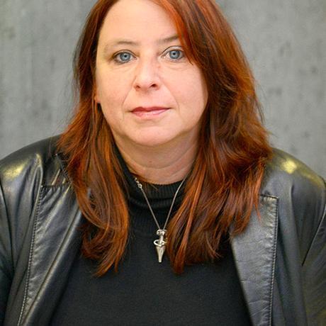 """""""Sibylle"""": Annett Gröschner lebt als Schriftstellerin und Publizistin in Berlin. Sie schreibt Romane, Erzählungen, Essays, Theaterstücke, Radiofeatures und Reportagen. Sie ist Mitglied der Redaktion von """"10 nach 8""""."""