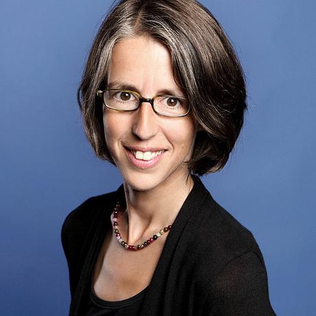 """""""Elternschule"""": Hella Dietz lebt in Berlin. Sie arbeitet als Soziologin und als Familientherapeutin. Beide Tätigkeiten eint das Interesse daran, wie Menschen ihre Welt und ihr Leben erzählen. Sie ist Mitglied der Redaktion von """"10 nach 8""""."""