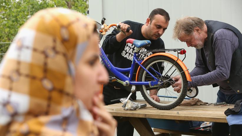Flüchtlingshilfe: Ersthilfe am Kinderrad in einem Flüchtlingslager in Köpenick