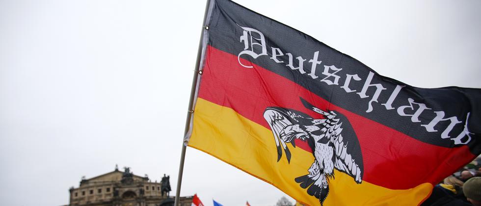 Die Deutschland-Flagge auf einer Pegida-Demo