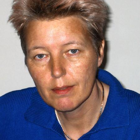 """Gotelind Alber ist Diplom-Physikerin und arbeitet als Beraterin im Bereich nachhaltige Energie- und Klimapolitik. Sie ist Mitgründerin und Vorstandsmitglied des internationalen Netzwerks GenderCC-Women for Climate Justice, das sich für Geschlechtergerechtigkeit in der Klimapolitik einsetzt. Aktuell leitet sie ein Projekt mit GenderCC und Frauenorganisationen in Indien, Indonesien und Südafrika. Sie ist Gastautorin von """"10 nach 8""""."""