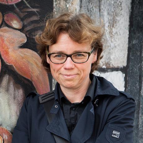 """Ich-Texte: Andrea Roedig, geboren in Düsseldorf, lebt als freie Publizistin in Wien und ist Mit-Herausgeberin der Literatur- und Essayzeitschrift """"Wespennest"""". Von 2001 bis 2006 leitete sie in Berlin die Kulturredaktion der Wochenzeitung """"Freitag"""". 2015 erschien ihr Buch """"Bestandsaufnahme Kopfarbeit"""" (zusammen mit Sandra Lehmann) im Klever-Verlag. Sie ist Gastautorin von """"10 nach 8""""."""