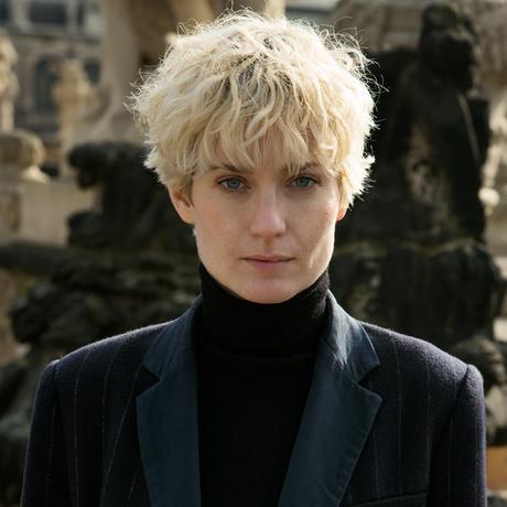 """Familienkonzepte: Anne Waak, 1982 in Dresden geboren, ist Journalistin und Buchautorin. Sie gehört zu den Gastgebern des Talk-Formats """"NUN – Die Kunst der Stunde"""" und zu den Gründern von waahr.de, einem Online-Archiv für Kulturjournalismus. Sie lebt in Berlin. Anne Waak ist Gastautorin von """"10 nach 8""""."""