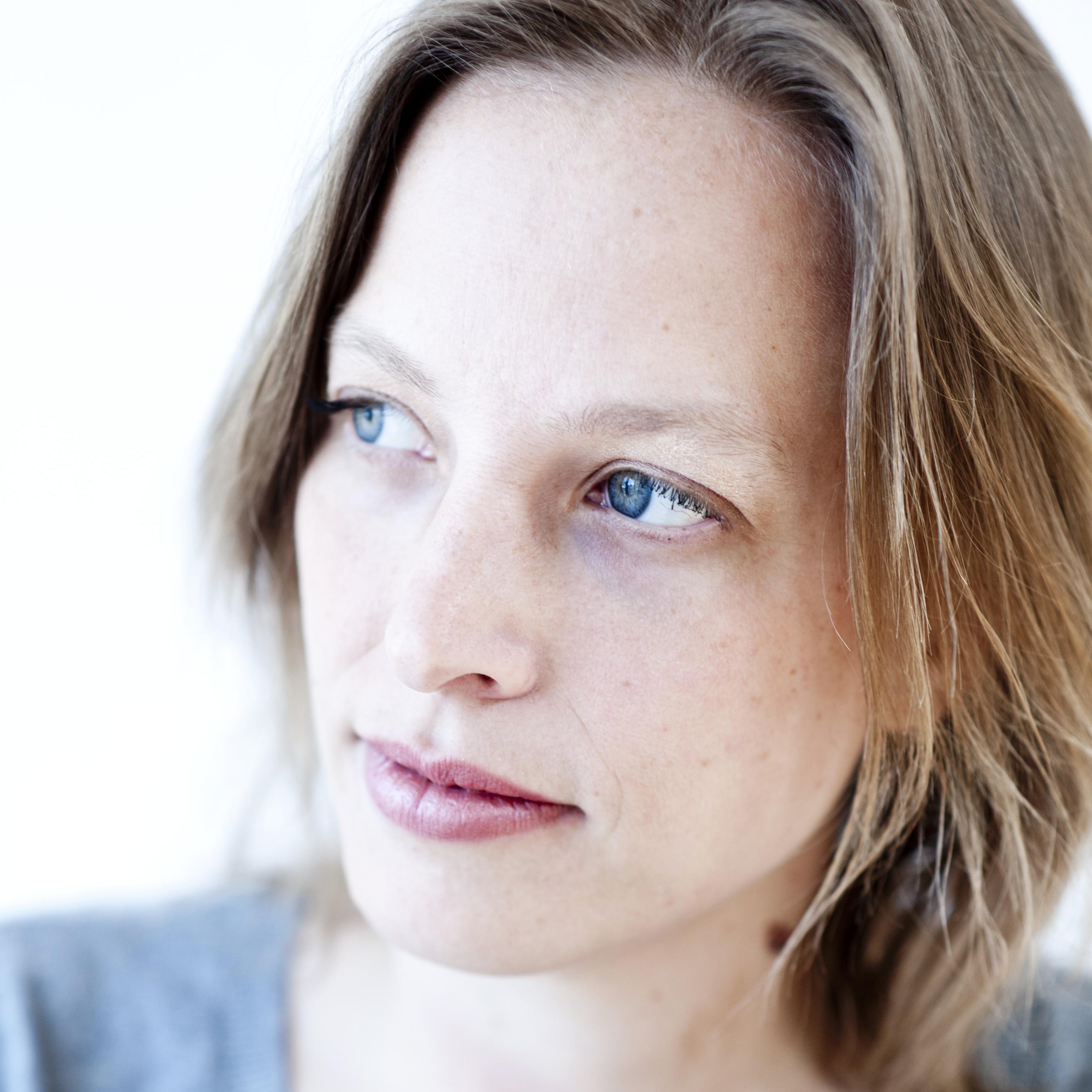 """Sabine Bergk lebt als Schriftstellerin in Berlin. 2012 erschien ihr Prosadebüt """"Gilsbrod"""" im Dittrich Verlag, 2014 """"Ichi oder der Traum vom Roman"""". Sie arbeitet zusammen mit Deutschlandradio Kultur und dem WDR und ist Gastautorin von """"10 nach 8""""."""