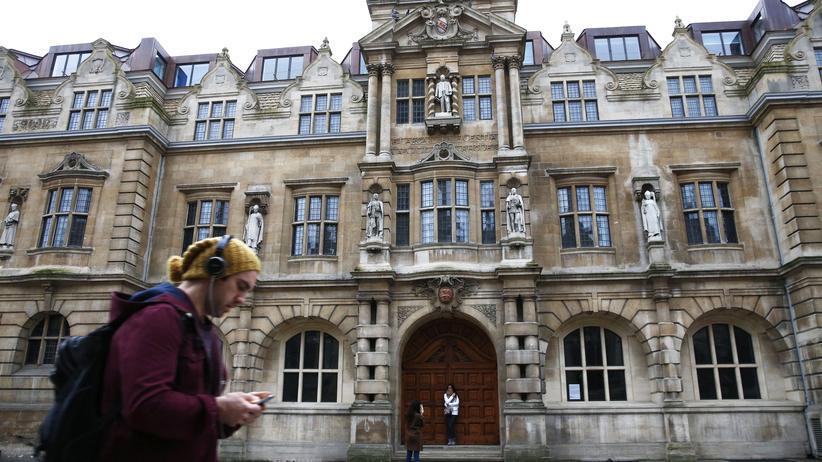 Oxford : Die Statue von Cecil Rhodes, einem maßgeblichen Vertreter des britischen Kolonialismus, über dem Eingangsportal der Oxford-University