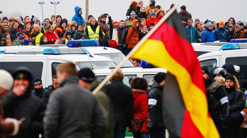 Clausnitz: Wer urteilt schneller? Anhänger und Gegner von Pegida im Januar in Dresden