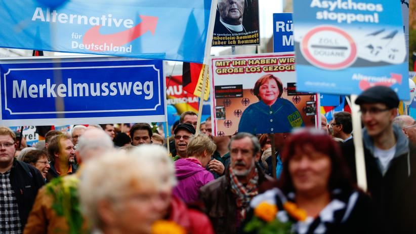 Rechtspopulismus: Supporters of the right-wing Alternative for Germany (AfD) demonstrate against the German government's new policy for migrants in Berlin, Germany, November 7, 2015. The text reads 'Merkel must go'.