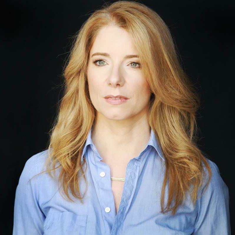 """Anne Philippi schrieb für die """"FAZ"""", """"Vogue"""" und """"Vanity Fair"""". 2009 zog sie nach Los Angeles und begann für die """"Süddeutsche Zeitung"""" und """"GQ"""" Hollywood-Interviews zu führen. 2015 erschien ihr erster Roman """"Giraffen"""". Derzeit lebt sie in Berlin und Los Angeles. Sie ist Gastautorin von """"10 nach 8""""."""