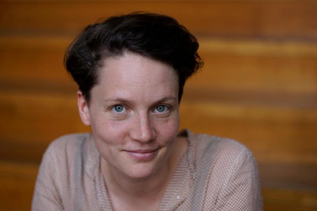 """Caroline Kraft war die vergangenen zehn Jahre in der Verlagsbranche tätig – in London, Frankfurt und Berlin, wo sie heute lebt und mit geflüchteten Menschen arbeitet. Sie ist Gastautorin von """"10 nach 8""""."""