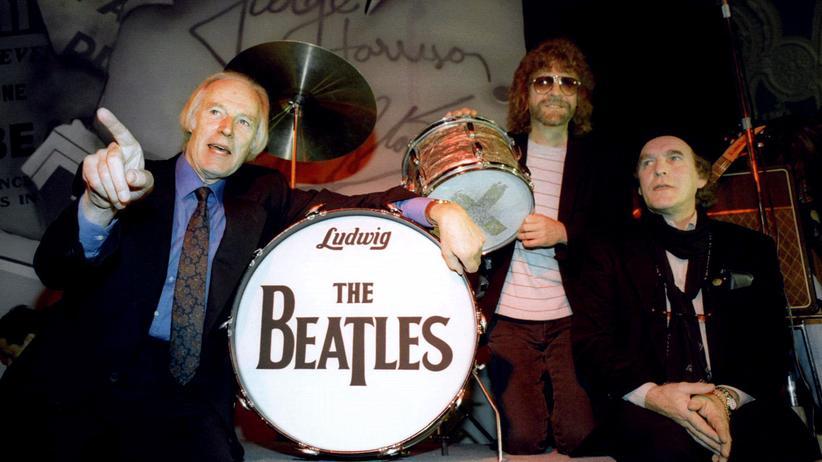 George Martin (l.) mit Co-Produzent Jeff Lynne und dem Chef von Apple Corps, Neil Aspinall