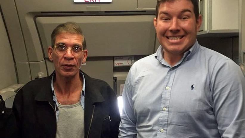 EgyptAir: Der britische Wirtschaftsprüfer Ben Innes (rechts) mit dem Flugzeugentführer (rechts)