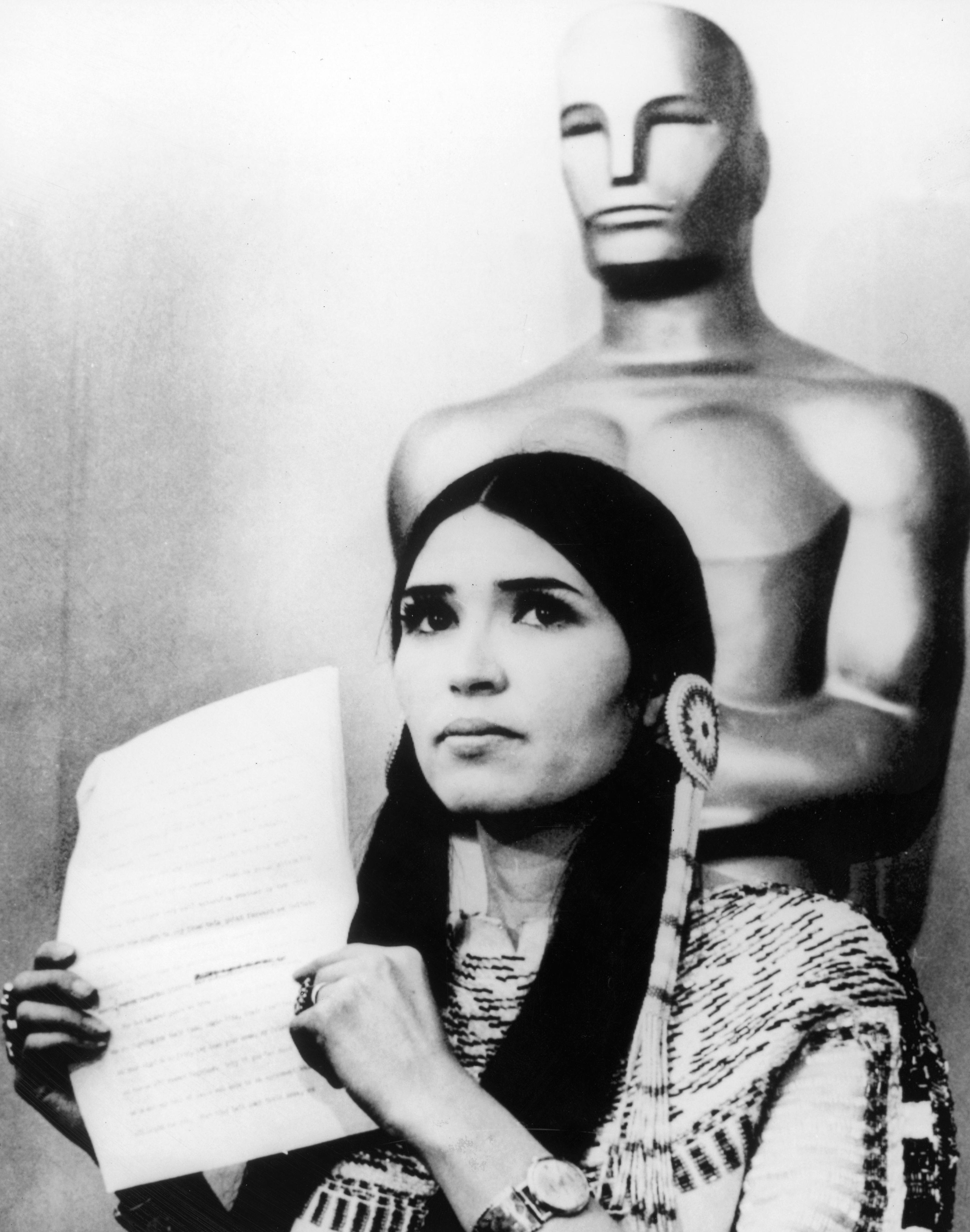 Das war ein politisches Statement: die Schauspielerin Maria Cruz alias Sacheen Littlefeather 1973 bei der Oscarverleihung anstelle von Marlon Brando.
