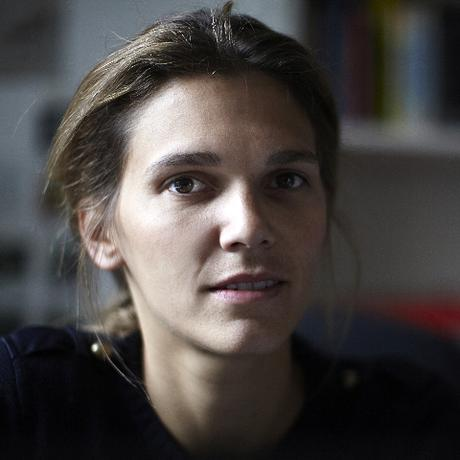 """Frankreich: Cécile Calla, 38 Jahre alt, ist eine deutsch-französische Journalistin und Autorin. Sie war Korrespondentin der französischen Tageszeitung """"Le Monde"""" und Chefredakteurin des deutsch-französischen Magazins """"ParisBerlin"""". Sie ist Gastautorin von """"10 nach 8""""."""