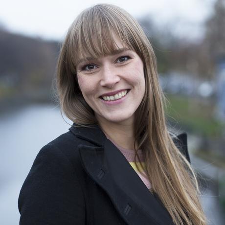 """Pille für den Mann: Sabine Kray wurde 1984 in Göttingen geboren. Heute lebt sie in Berlin, wo sie als Autorin und Übersetzerin arbeitet und sich als Mentorin für junge Mädchen bei der Bürgerstiftung Neukölln engagiert. Ihr Debüt, """"Diamanten Eddie"""", ist im Frühjahr 2014 bei der Frankfurter Verlagsanstalt erschienen. Sie ist Gastautorin von """"10 nach 8""""."""