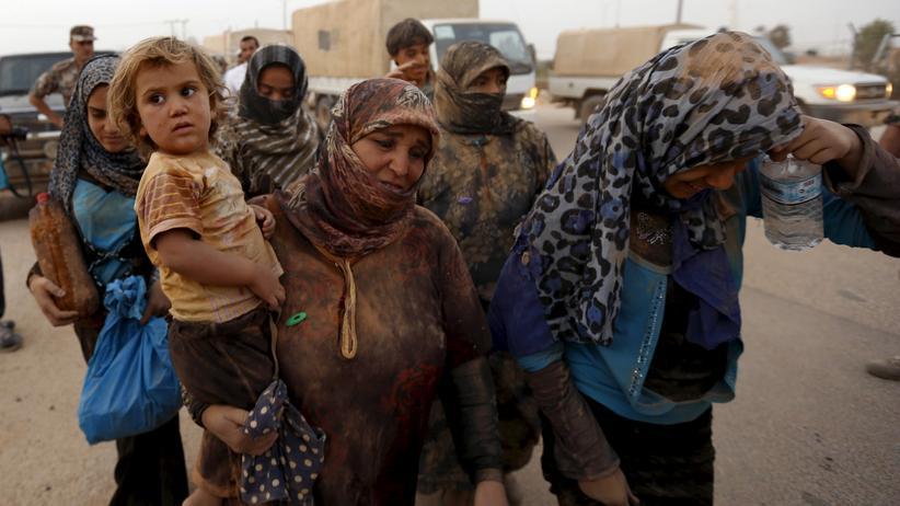 Flüchtlinge: Warum kommen sie nicht ein bisschen eleganter aus dem Krieg? Ja, warum wohl. Syrische Flüchtlinge an der Grenze zu Jordanien im September 2015