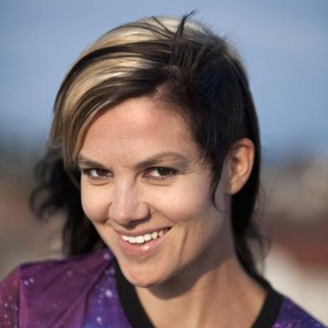 """Silicon Valley: Anja Kümmel studierte Gender Studies und Spanisch in Los Angeles, Madrid und Hamburg. Seit 2011 lebt sie als freie Autorin und Journalistin in Berlin. Im April 2016 erschien ihr dystopischer Zukunftsroman """"V oder die Vierte Wand"""" im Hablizel Verlag. Sie ist Gastautorin von """"10 nach 8""""."""
