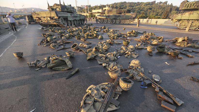 Putschversuch in der Türkei: Uniformen und Waffen von Soldaten auf der Bosporusbrücke in Istanbul