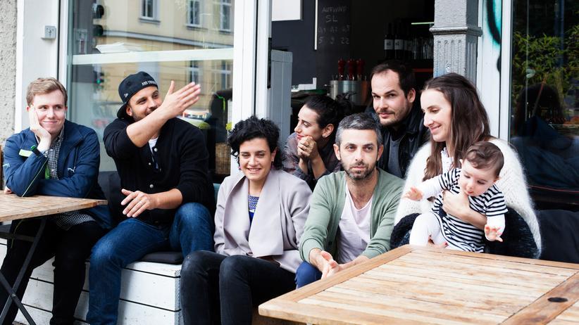 Jüdische Kultur: Was bedeutet Jüdischsein für dich? Mirna Funk (ganz rechts, mit Kind) fragt und Fabian Wolff, Jonni Kalmanovich, Anna Schapiro, Alexa Karolinski, Yaniv Eiger und Max Czollek antworten (von links nach rechts).