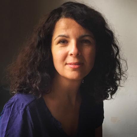 """Dilek Güngör, geboren 1972, ist stellvertretende Chefredakteurin der Zeitschrift """"Kulturaustausch"""". Sie schreibt Romane und Theaterstücke und arbeitet gerade an einem neuen Buch. Dilek Güngör ist Gastautorin von """"10 nach 8""""."""
