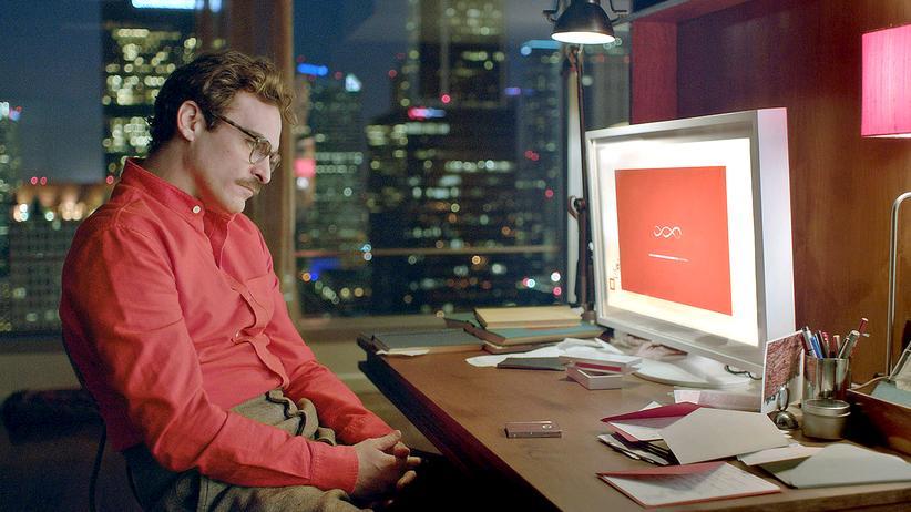 """Roboter: Verliebt in einen Chatbot: Joaquin Phoenix (Mensch) und Scarlett Johansson (Maschine) im Film """"Her"""" von 2013"""
