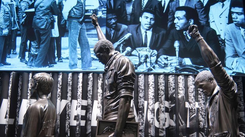 Museum für afroamerikanische Geschichte: Ein Exponat im neuen Museum: Der Gruß der Black-Power-Bewegung bei den Olympischen Spielen 1968