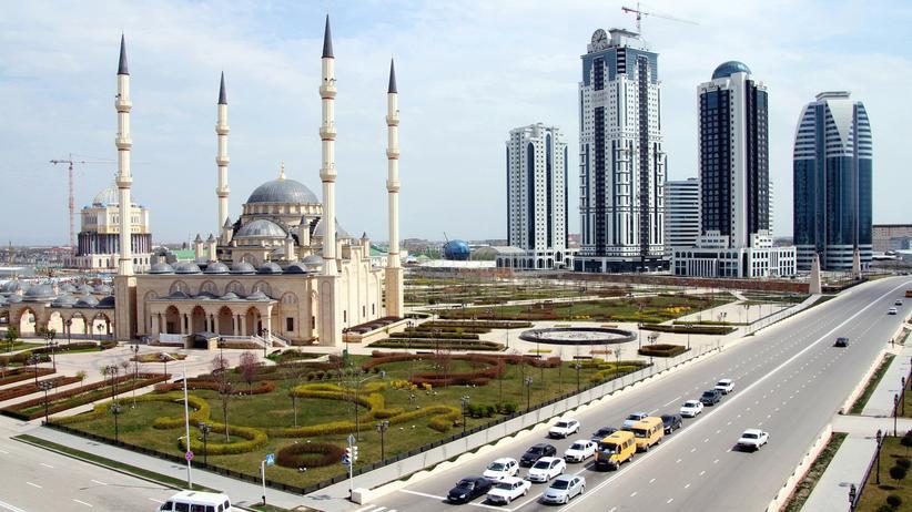 Grosny: Die Achmat-Kadyrow-Moschee vor den neuen Wolkenkratzern von Grosny City