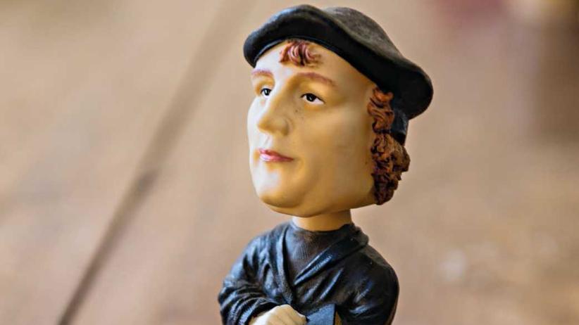 Martin Luther: Eine kleine Figur von Martin Luther auf dem Schreibtisch der Historikerin Lyndal Roper