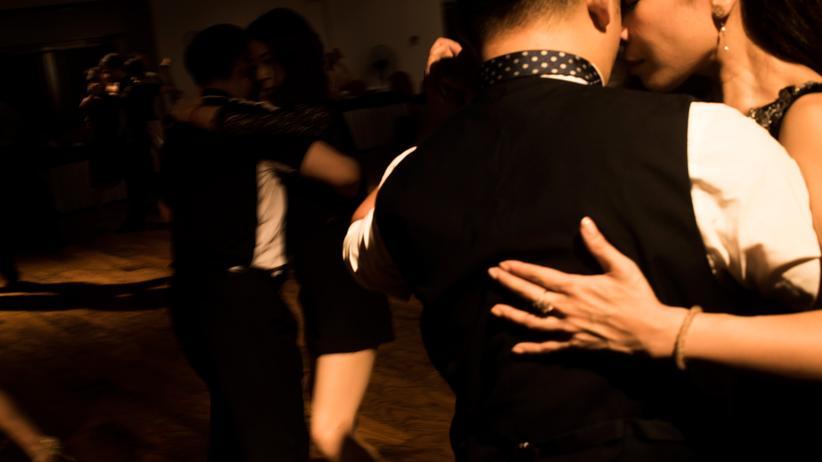 """Berührungen: Die Tanzstunde als Ort der Berührung. """"Sechzig Minuten, in denen meine Hand von einem Schulterblatt zum anderen wechselt."""""""