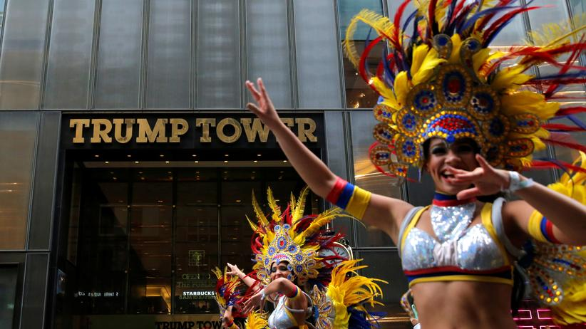 "Hispanics in den USA: Die ""Hispanic Day Parade"" zieht im Oktober 2016 am Trump-Tower vorbei."