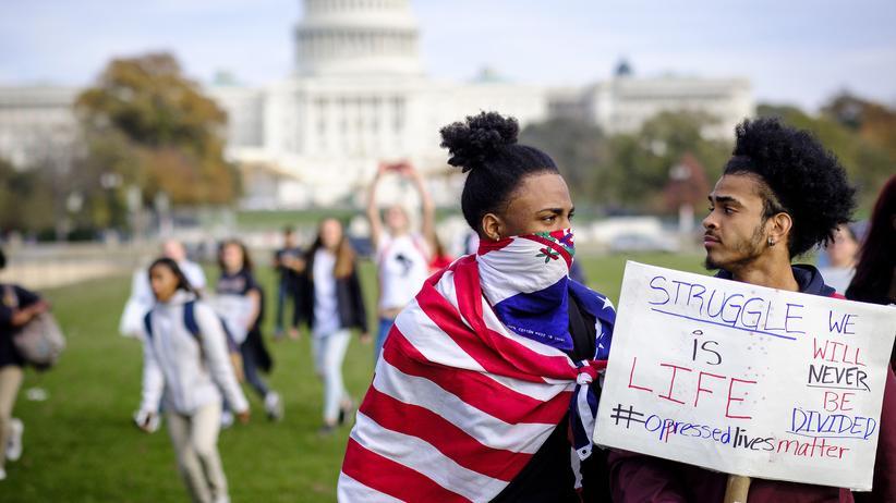 Identitätspolitik: Alle Identitätsfragen sind, wenn man sie so konsequent zu Ende denkt, immer auch Klassenfragen – Protest gegen  Donald Trump in Washington