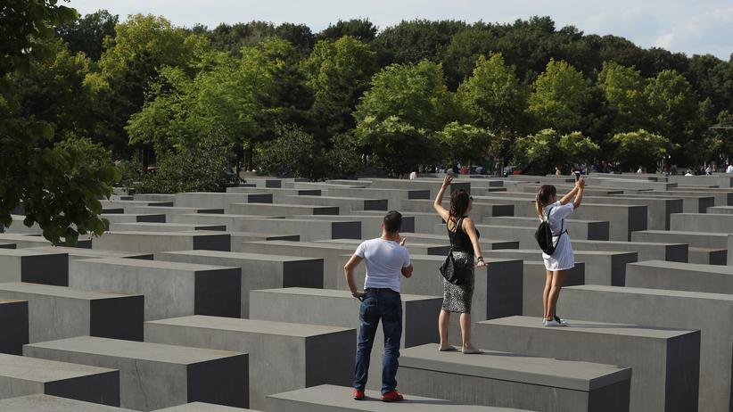 """Holocaust-Gedenktag: Selfies am Berliner Holocaustmahnmal? Die Aktion """"Yolocaust.de"""" hat eine Debatte um korrektes Erinnern angestoßen."""