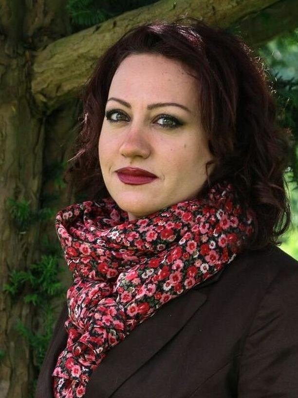 """Schulalltag in Syrien: Rosa Yassin Hassan wurde in Damaskus, Syrien, geboren und lebt seit 2012 mit ihrem Sohn in Deutschland. Sie arbeitete als Architektin und widmet sich seit 2007 ausschließlich dem Schreiben. Sie veröffentlichte zahlreiche Romane, zuletzt """"Die vom Zauber berührten"""" (2016). """"Wächter der Lüfte"""" wurde 2011 ins Deutsche übersetzt. Sie hat 2006 die syrische Vereinigung """"Frauen für Demokratie"""" begründet. Rosa Yassin Hassan ist Gastautorin von """"10 nach 8""""."""