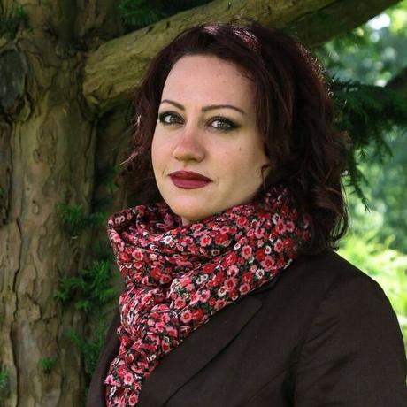 """Rosa Yassin Hassan wurde in Damaskus, Syrien, geboren und lebt seit 2012 mit ihrem Sohn in Deutschland. Sie arbeitete als Architektin und widmet sich seit 2007 ausschließlich dem Schreiben. Sie veröffentlichte zahlreiche Romane, zuletzt """"Die vom Zauber berührten"""" (2016). """"Wächter der Lüfte"""" wurde 2011 ins Deutsche übersetzt. Sie hat 2006 die syrische Vereinigung """"Frauen für Demokratie"""" begründet. Rosa Yassin Hassan ist Gastautorin von """"10 nach 8""""."""