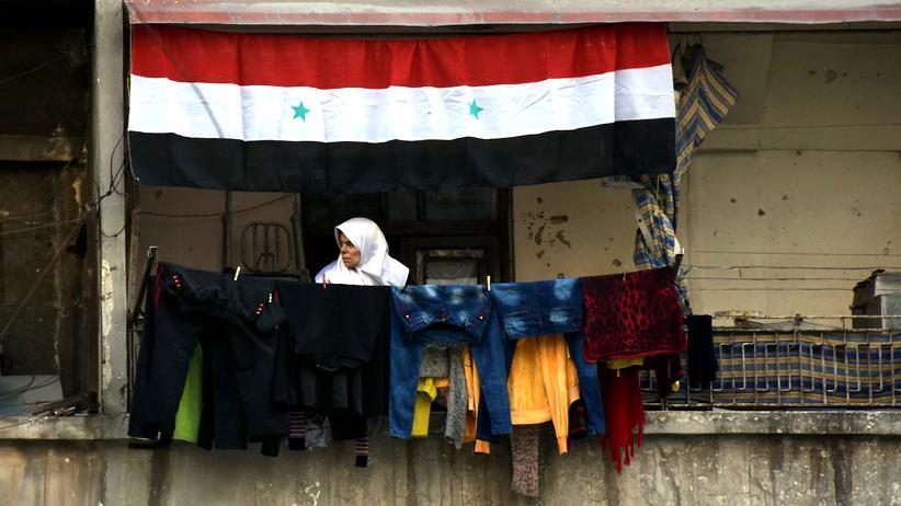 Demokratie in Syrien: Eine Syrerin auf dem Balkon ihrer Wohnung in Aleppo im Januar 2017