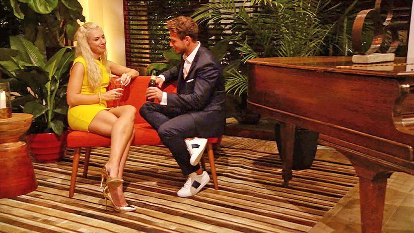 """""""Der Bachelor"""": Die """"Lady"""" in Gelb trinkt Champagner, der """"Bachelor"""" greift zur Bierflasche."""
