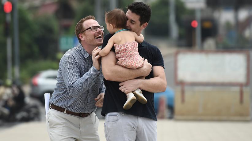 Leihmutterschaft: Der Amerikaner Gordon Lake und sein spanischer Ehemann Manuel Valero konnten Thailand 2015 monatelang nicht verlassen, weil sie dort mit der Leihmutter über das Sorgerecht für ihre Tochter Carmen stritten.