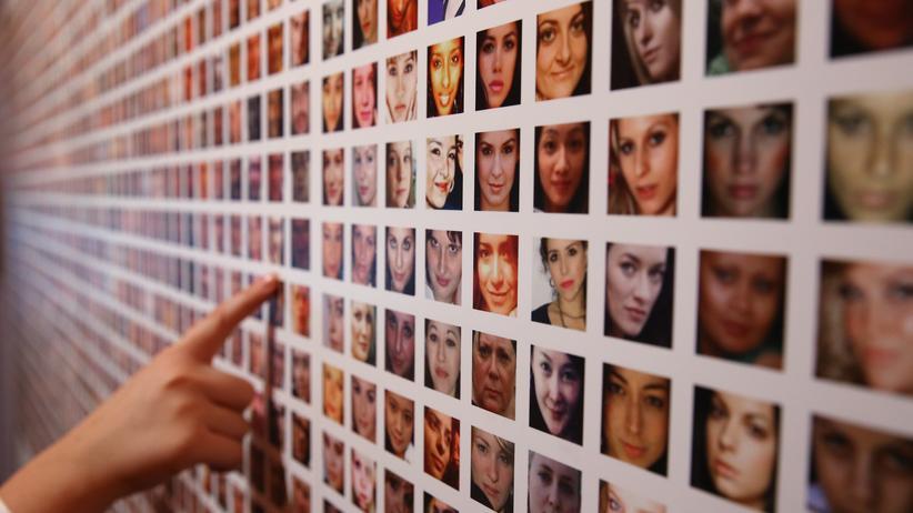 Facebook: Fotografien von Facebook-Nutzern in einer Kunstinstallation