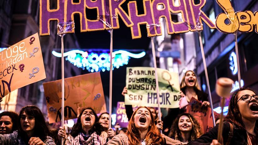 Türkei: Der 15. Feministische Nachtmarsch auf der Istanbuler Istiklal-Straße am 8. März