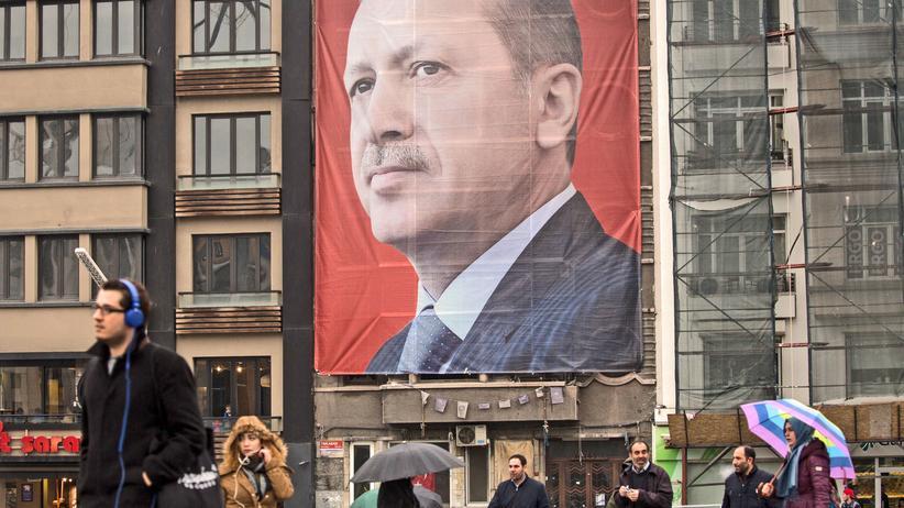 Türkei: Ein riesiges Porträt des türkischen Präsidenten Recep Tayyip Erdogan hängt über dem Taksim-Platz in Istanbul, wo 2013 die Proteste gegen die Umgestaltung der Stadt stattfanden.