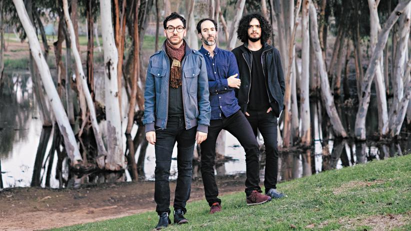 Omer Klein Trio: Das Trio aus Omer Klein, Haggai Cohen-Milo und Amir Bresler (von links) vor Eukalyptusbäumen am Sumpf nahe Herzlia