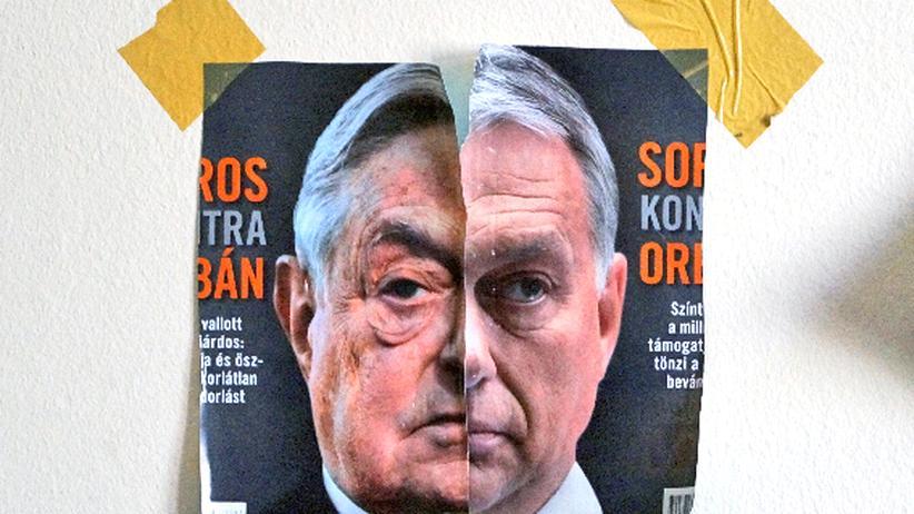 Ungarn: Eine Collage aus dem ungarischen Ministerpräsidenten Viktor Orbán und seinem liberalen Kontrahenten George Soros hängt an der Wand der Redaktion von 444.hu.