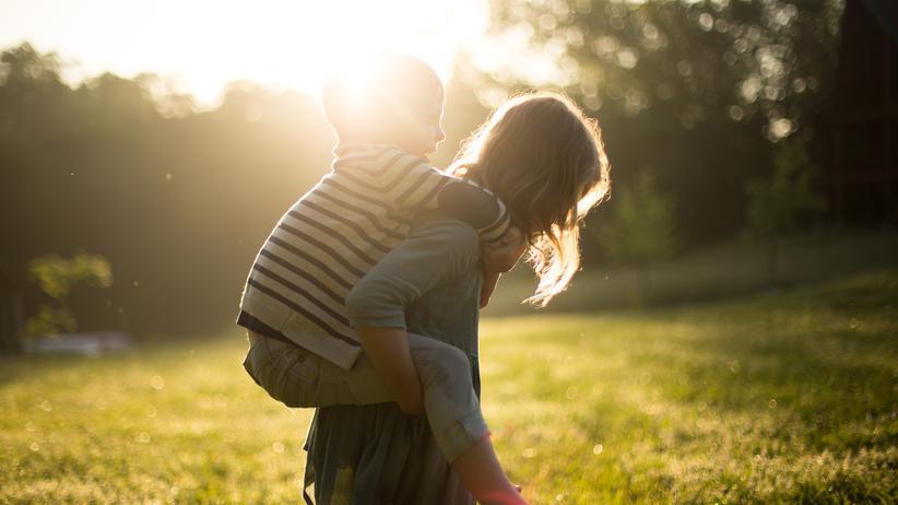 Erziehung: Ein Zerrbild: Jungenkörper werden robuster als Mädchenkörper wahrgenommen.