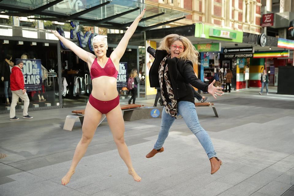 """""""Embrace"""": Das Plus-Size-Model Stefania Ferrario und die Regisseurin Taryn Brumfitt nach einem Szenedreh von """"Embrace"""""""