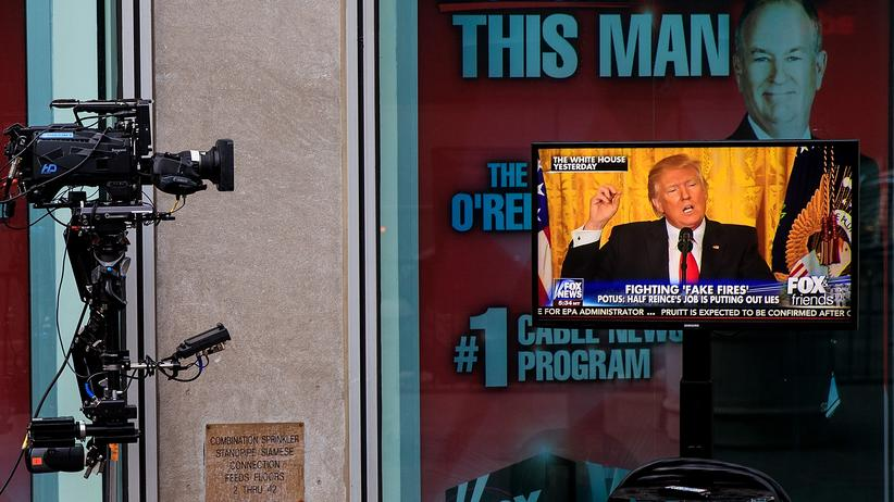 "Fox News: Ein Einspieler von US-Präsident Donald Trump in der Sendung ""Fox And Friends"" auf einem Monitor vor dem Fox News Studio in New York."